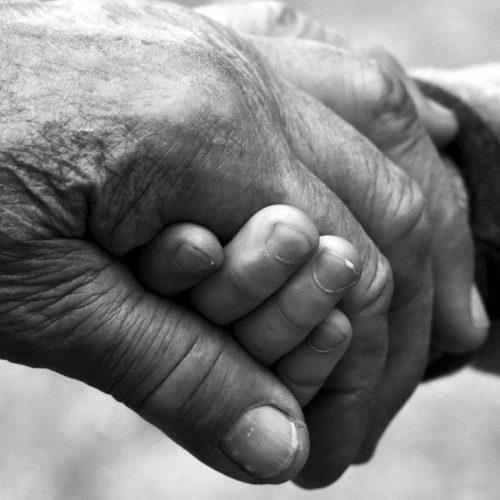 La sabiduría de los abuelos se refleja en las manos entre lazadas.