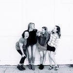 Foto en blanco y negro donde amigas sonríen divertidas riendo es la mejor terapia de mujeres