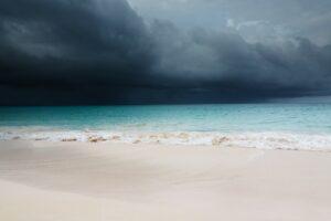 Playa arena blanca. Tormenta en el horizonte.