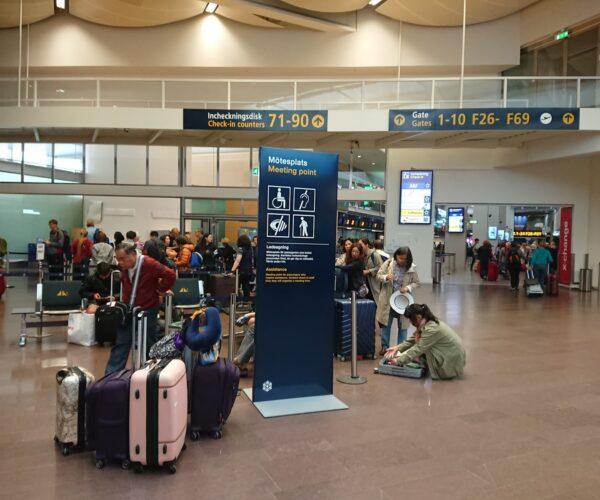Espera para salir de viaje. vuelos y maletas. Multitud
