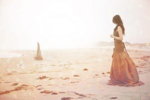 mujer playa niebla ideas