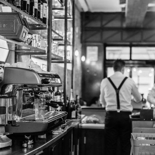 Serviciales camareros atienden a los clientes