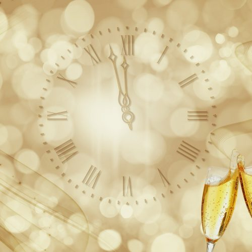 Celebrar la Nochevieja con amigos y familiares entre risas, música y buenos deseos para el Año Nuevo.