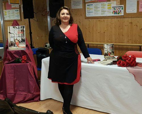 vestido negro y rojo, ramo de rosas